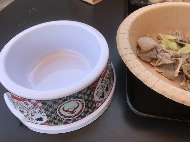 吉野家鉢柄のフードボール(左)と、犬用牛丼の中身(右)