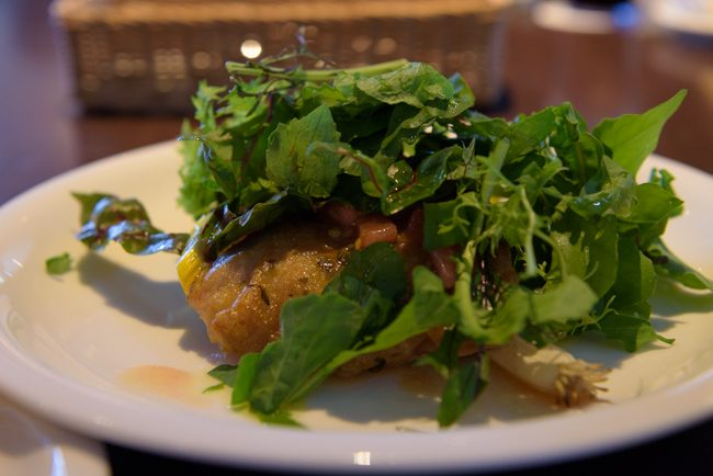 鶏モモ肉の香草ロースト ルッコラとフレッシュトマトのソース